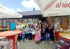 У Шепетівці піцерія «Дрова» пригощала дітей смаколиками