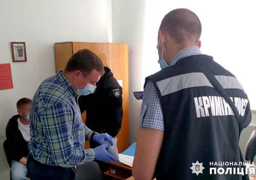 Житель Славути, щоб повернути вилучене авто, наважився на підкуп полісмена