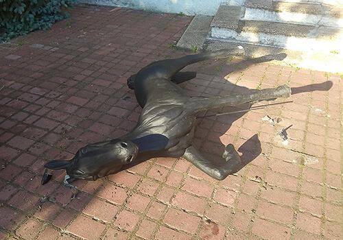 Трагедія спіткала одну зі статуй коней у Славуті