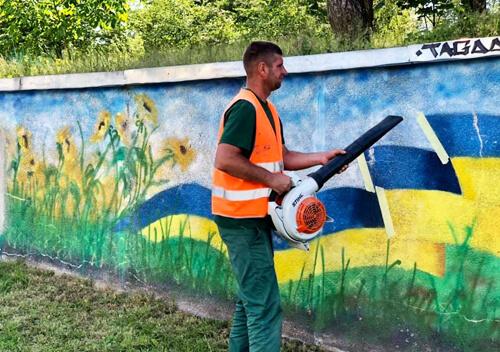 В одній з громад Шепетівського району художники відновлюють 80-метрове панно
