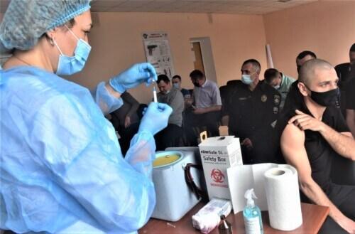 Шепетівські поліцейські щепилися вакциною «Коронавак»