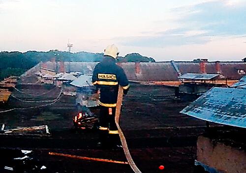 Через «барбекю» на даху в Ізяславі палав житловий будинок