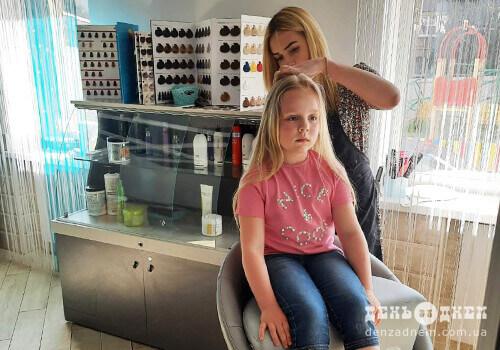 Маленька шепетівчанка пожертвувала 40см білосніжного волосся, щоб врятувати хвору дівчинку
