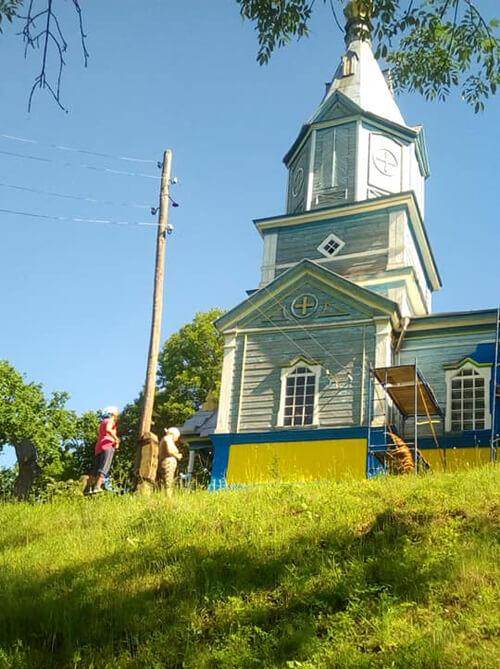 Коли на Ізяславщині громада фарбує храм, аферисти-прохачі «збирають» гроші на його ремонт