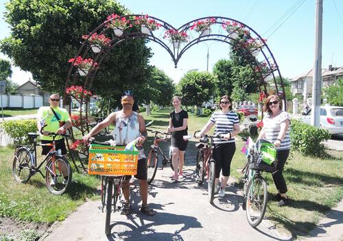 Як подружжя з Франції мандрує на велосипеді Шепетівським районом