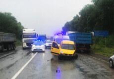 ДТП на виїзді з Шепетівки: двері легковика віднесло на десятки метрів, а вантажівка — в кюветі