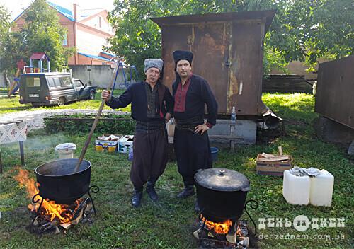 У Шепетівці з нагоди річниці Хрещення Київської Русі козаки частували парафіян кулішем