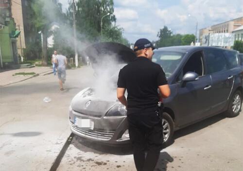 У Шепетівці в центрі міста під час руху загорілася автівка буковинця