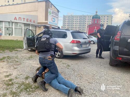 На Хмельниччині двох керівників кримінальної поліції взяли на «гарячому»