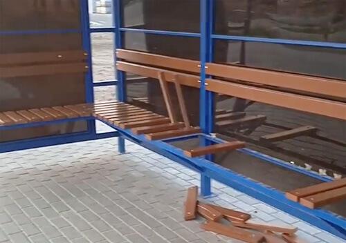 У Славуті невідомі розтрощили лавки на новій зупинці