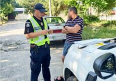 У Нетішині зупинили водія через непристебнутий ремінь, а виявили ще одне правопорушення