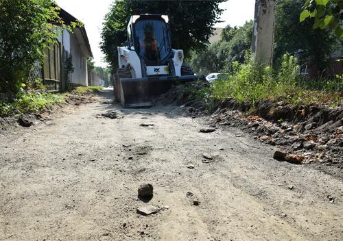 У Шепетівці «ювелірно» знімають шар ґрунту біля насаджень на одній з центральних вулиць