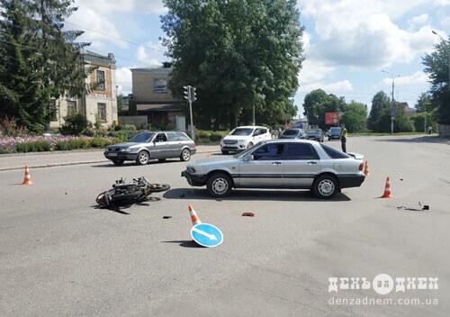 У Шепетівці біля управління поліції зіштовхнулися автомобіль та мотоцикл