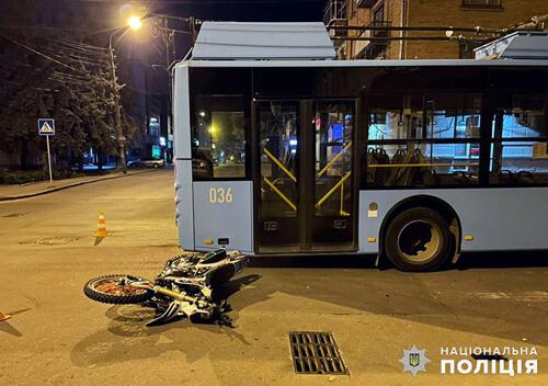 У Хмельницькому 15-річний мотоцикліст в'їхав у тролейбус