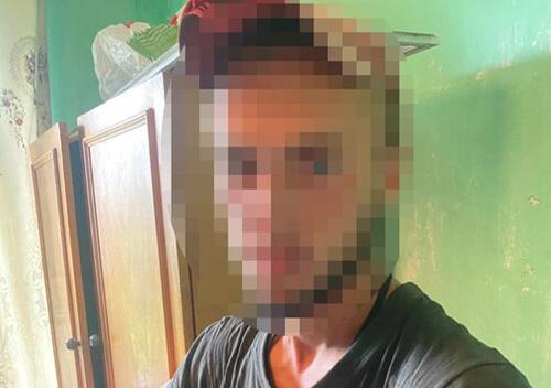 Саморобні пістолети, наркотики у відрі, баночках та згортках знайшли у молодика на Хмельниччині