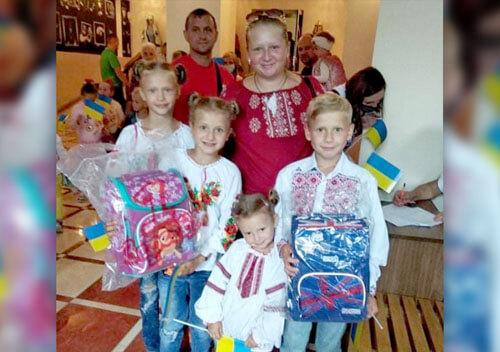 Ранці та шкільне приладдя отримали 400 дітей із багатодітних родин у Хмельницькому