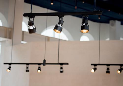 Трекове освітлення— функціональність та повний контроль над світлом