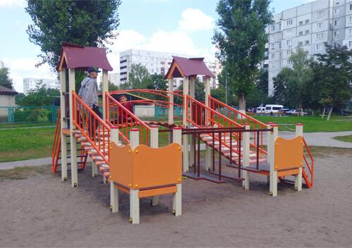 У Нетішині за кошти місцевого бюджету встановлюють дитячі майданчики та гойдалки