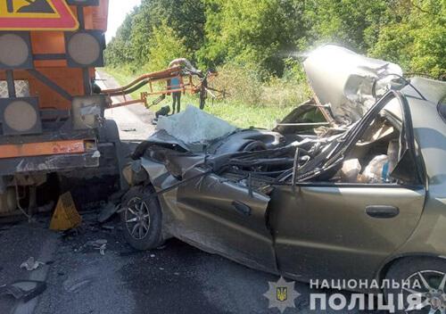 На Хмельниччині 62-річний водій в'їхав у авто, яке здійснювало ремонт дороги