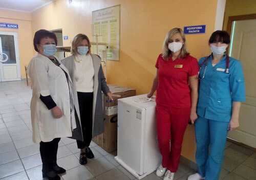 Шепетівській багатопрофільній лікарні подарували холодильники для вакцин та постіль