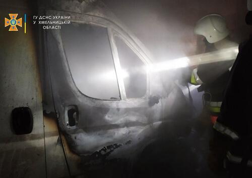 У Нетішині вогонь знищив два автомобіля