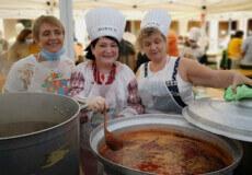 Українки в Барселоні наварили десятки літрів борщу для міжнародного фестивалю