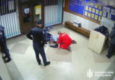 Слідчі Хмельницького ДБР розслідують факт побиття чоловіка у холі відділка поліції