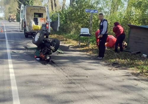 У селі на Шепетівщині КамАЗ не розминувся з мотоблоком: є постраждалі