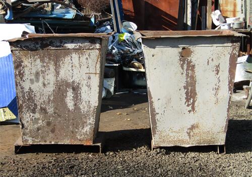У Шепетівці викрили містян, які вкрали сміттєві баки біля гуртожитку цукрокомбінату