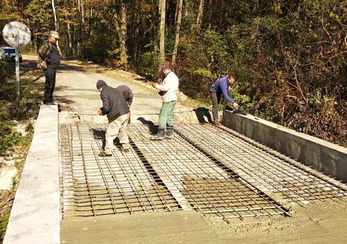 У Шепетівському районі ремонтують лісовий міст, що з'єднує три громади