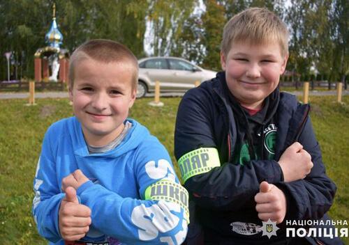 На Ізяславщині полісмени подарували дітям світловідбивачі